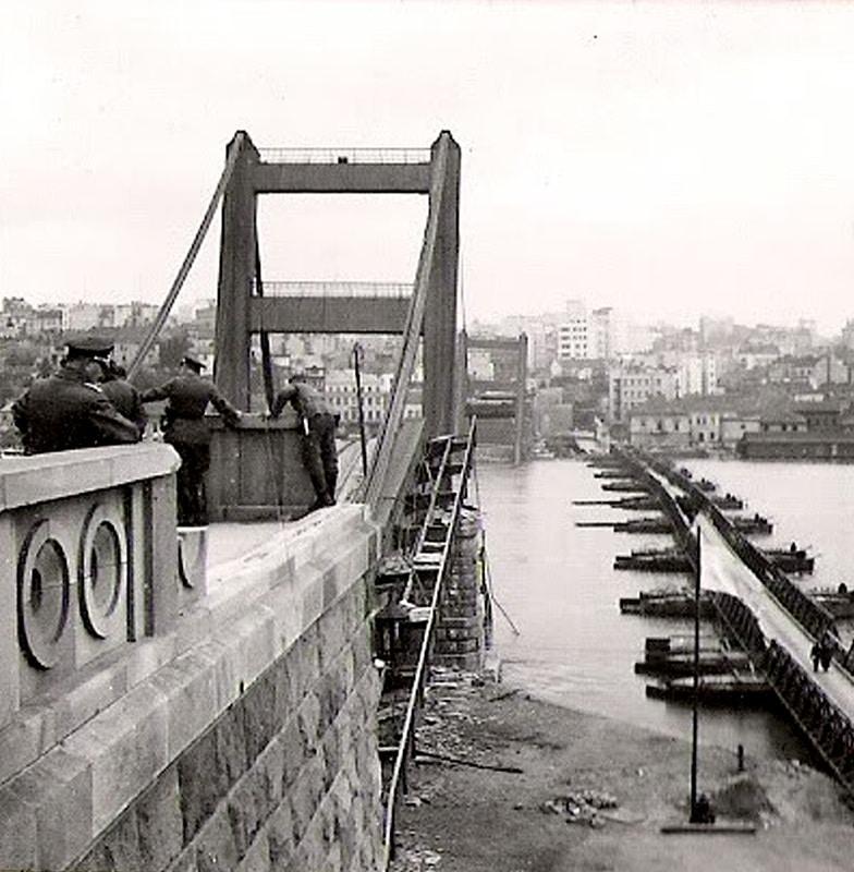 Срушени мост Краља Александра поред којег су Јевреји спровођени у логор