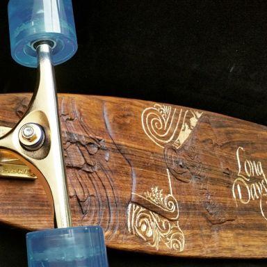 Logo Long Days Long Boards. Tallado en madera.