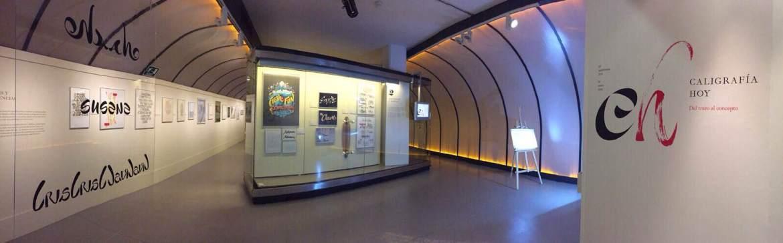 Panorámica de la entrada de la expo de Caligrafía Hoy de la Biblioteca Nacional