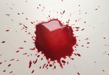 Historias mínimas, mancha de tinta-roja-sangre