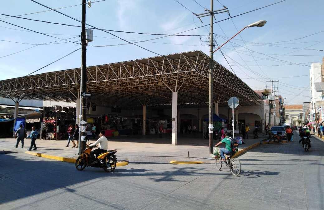 Chapulineo e improvisación: Insisten comerciantes en eliminar 'plaga burocrática' en el mercado Victoria