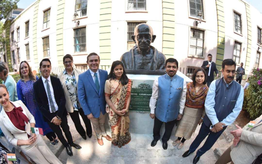 Devela Alcalde busto de Gandhi
