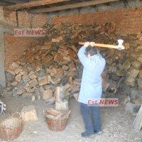 Pensionarii săraci fac rând la credite pentru a-și cumpăra lemne pentru iarnă