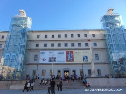 Entrada principal do Reina Sofía, com os famosos elevadores panorâmicos e a obra de MIró, à esquerda