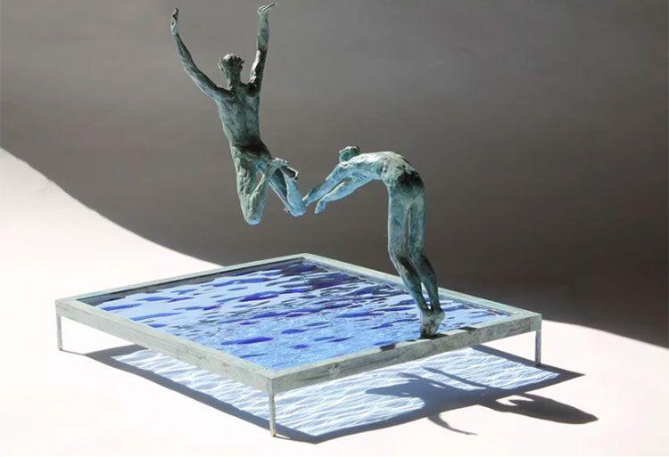 Dinámicas esculturas de bañistas de Claire Fontana