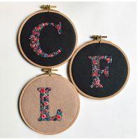 Primaverales letras bordadas de Defne Güntürkün