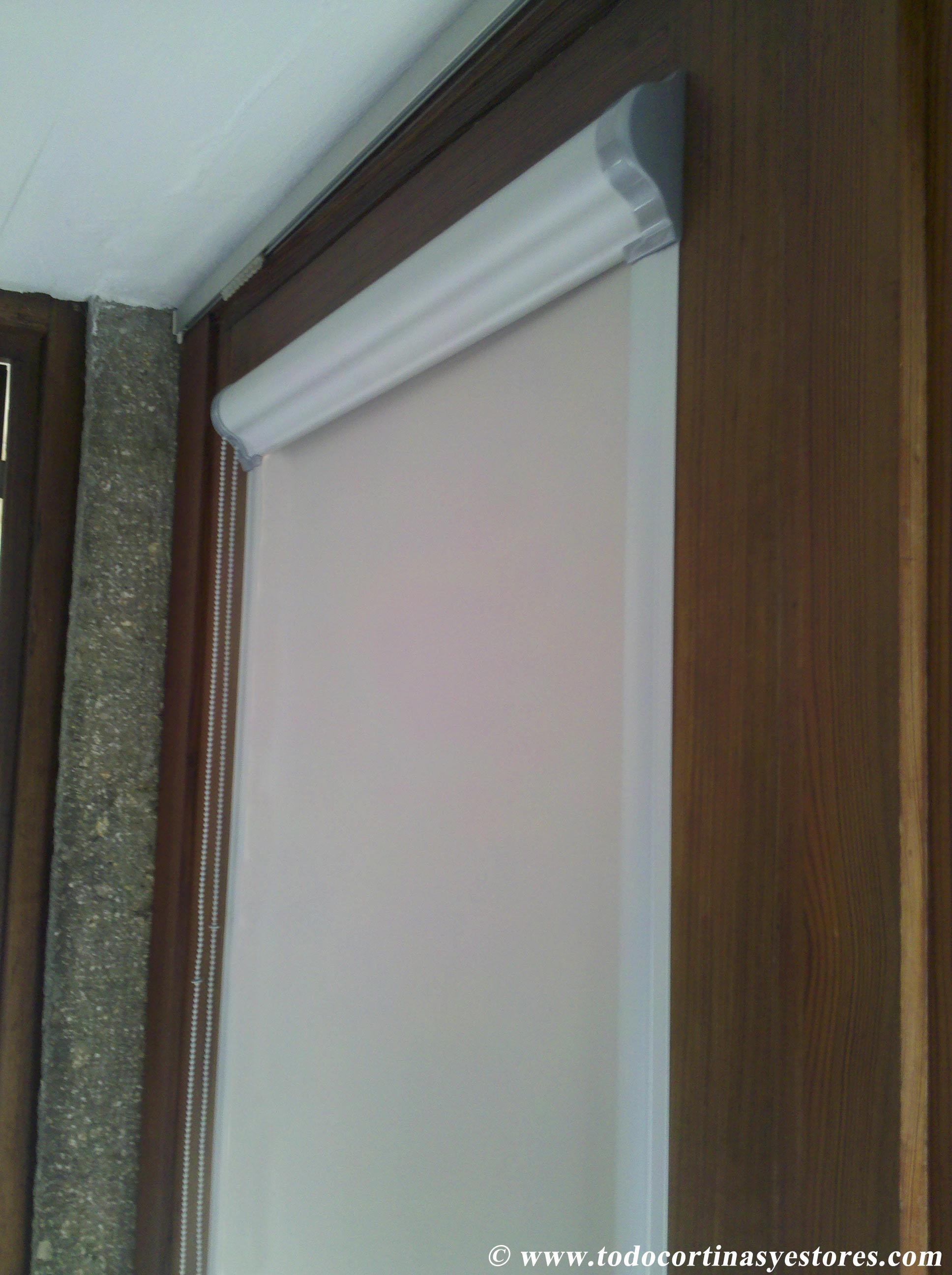 Estores guiados opacos para ventanas y puertas abatibles