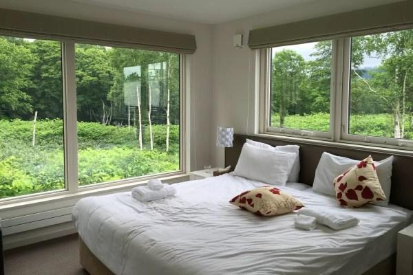 寝室はダブルベッド1室、ツイン2室。乳児用に折り畳み式のベビーベッドも用意されていました。