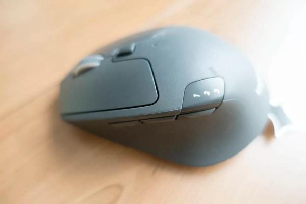 多機能マウスの定番とも言える機能ボタンと、デバイス切替ボタン
