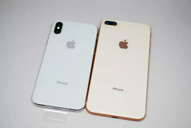 iPhone Xシルバーと、iPhone 8ゴールド