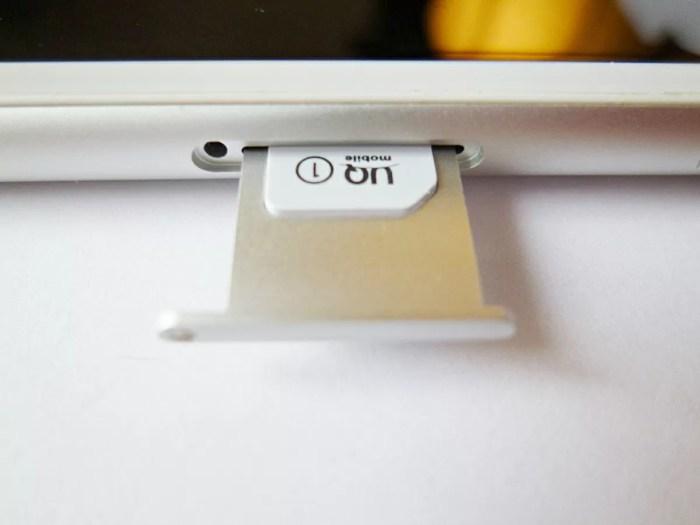 UQモバイルのSIMを差し込む