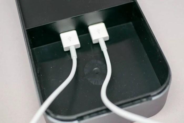 LightningとApple Watch用のUSB充電ケーブルを接続