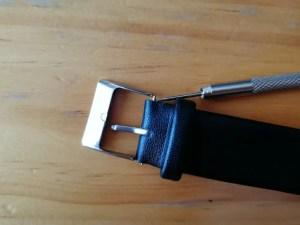 Smart Buckle(スマート・バックル)を腕時計に取りつけるために、同梱品のドライバーを使い取り外した