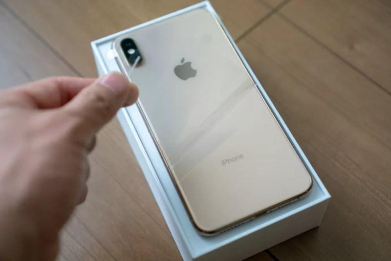 iPhone XS Maxの外装フィルムを剥がす
