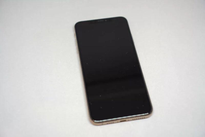 iPhone XS Maxを正面から