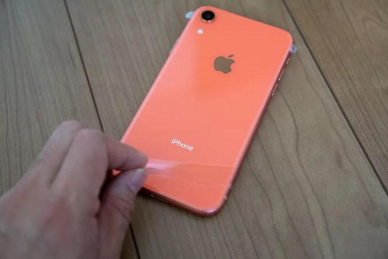 iPhone XRのフィルムを剥がす