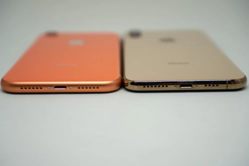 iPhone XRとiPhone XS Maxの下部比較