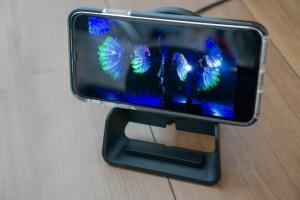 「Flex 10Wワイヤレス充電パッド EA1201S」は動画を再生しながら充電できる