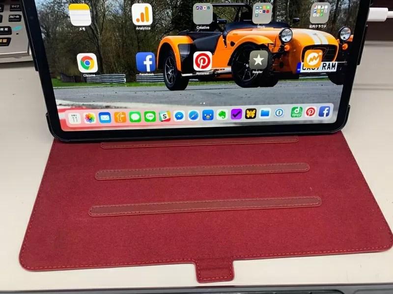 ケース裏側にはストッパーがあるのでiPad Proを好きな角度に調整可能