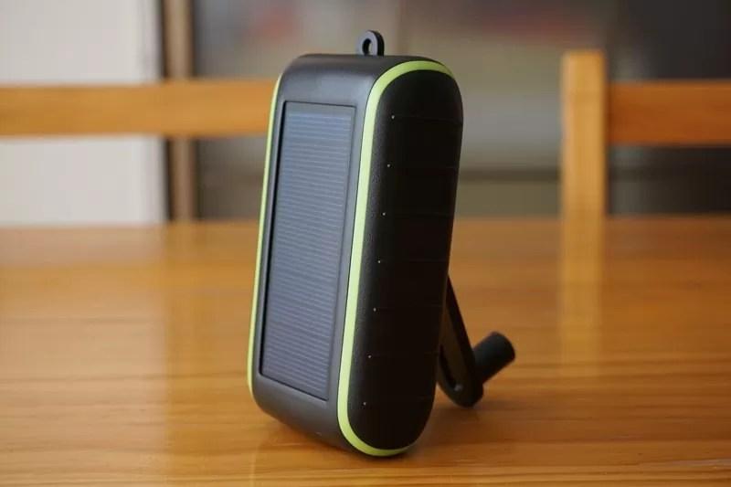 【Chargi-Q mini(チャージックミニ)ソーラーチャージャー モバイルバッテリー 】手回しハンドルで本体を立てる