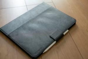 Apple Pencilを装着した「Spigen iPad Proケース スタンドフォリオ」