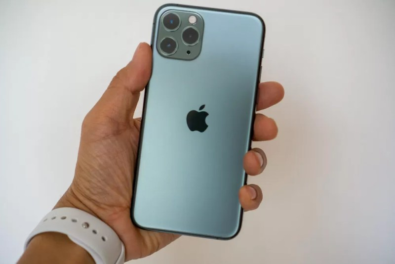 iPhone 11 Pro ミッドナイトグリーンは手に収まりやすいサイズ感