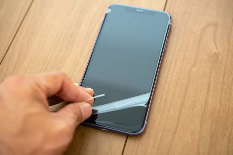iPhone 11のフィルムを剥がす