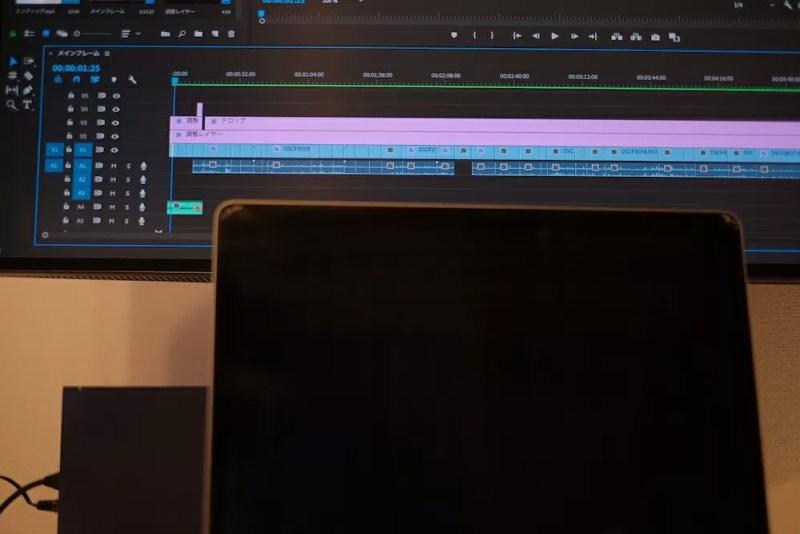 BenQ「PD3220U」MacBookと横幅比較