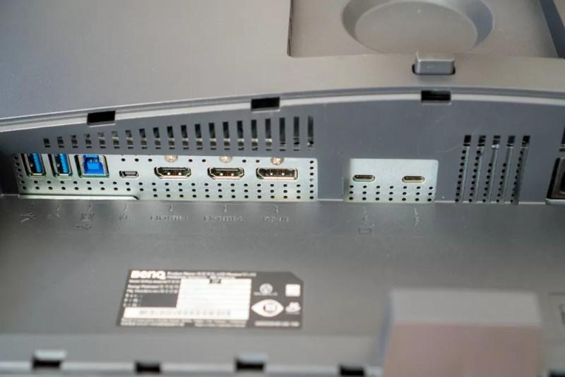 BenQ「デザイナーモニターPD3220U」には拡張ポートが多数装備されている