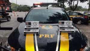 , os policiais inspecionaram a carga a encontraram a carga de cigarros importados do Paraguai. O homem foi preso. Fotos: Divulgação
