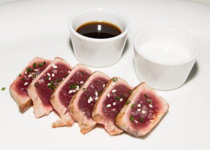 Tataki de atún ponzú y ajoblanco