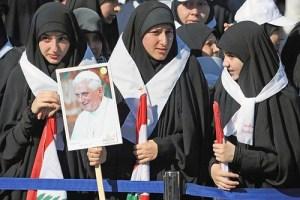 Musulmanas con la foto del Papa Benedicto
