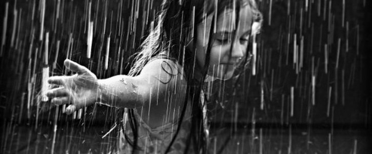 chica-bajo-la-lluvia-1-725x300