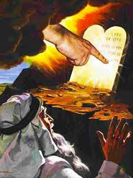 Los Diez Mandamientos escritos en dos tablas de piedra por el dedo de Dios.
