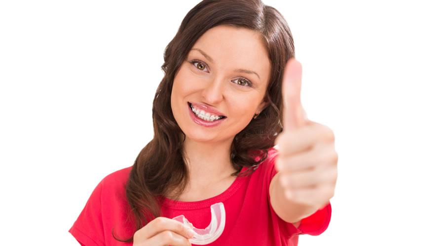 Mujer adulta con ortodoncia estética