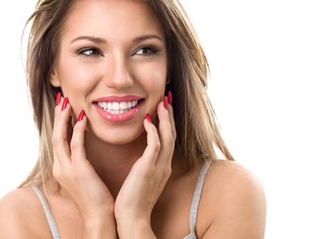 Chica con carillas de porcelana para cerrar espacios en los dientes