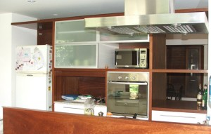 Hogar - Cocina - Madera de caoba floreada, laca blanca y aluminio