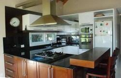 Hogar - Cocina - Laca blanca y madera de caoba floreada combinados