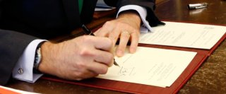 GRA022. MADRID, 03/04/2016.- Fotografía facilitada por la Casa Real del rey Felipe VI firmando en su despacho del Palacio de la Zarzuela el decreto de disolución de las Cortes y de convocatoria de las elecciones generales del 26 de junio, que se publica hoy mismo en el BOE. EFE