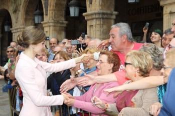 Su Majestad la Reina recibe el cariño del público congregado en la Plaza Mayor de Salamanca