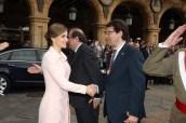 u Majestad la Reina recibe el saludo del alcalde de Salamanca, Alfonso Fernández Mañueco