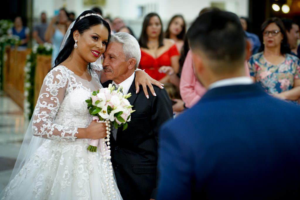 abraço e amoção na entrada - o preço da fotografia de casamento em goiania - Estudyum Flavio Monteiro