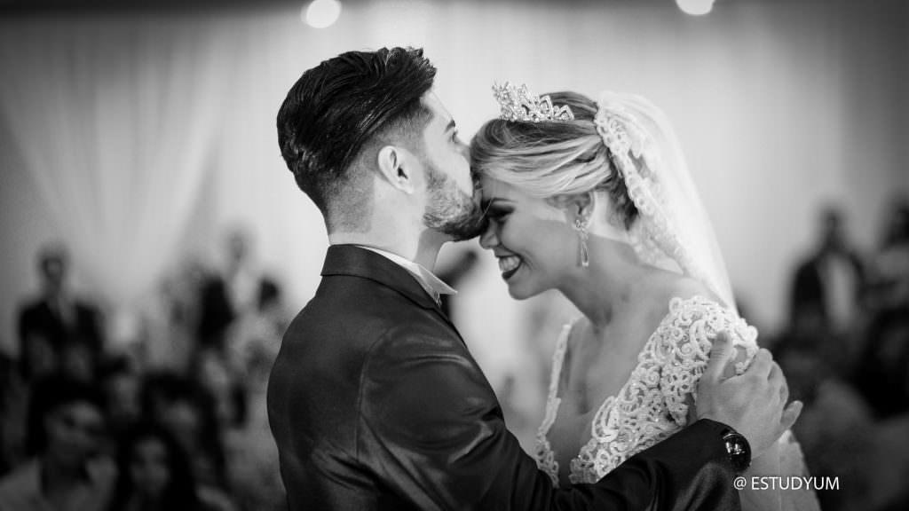 O beijo da noiva - o preço da fotografia de casamento em goiania - Estudyum Flavio Monteiro