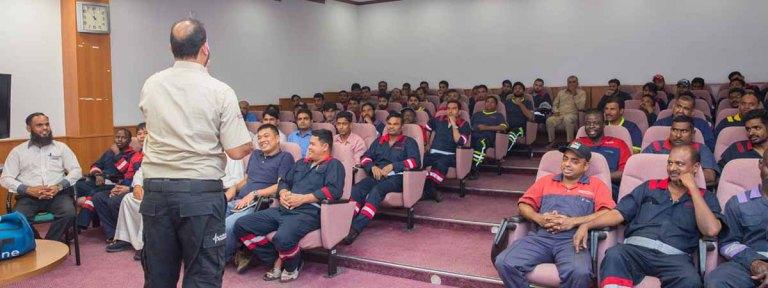مواصلات الإمارات تنظم فعاليات وبرامج تفاعلية تعزز عن السلامة والصحة المهنية