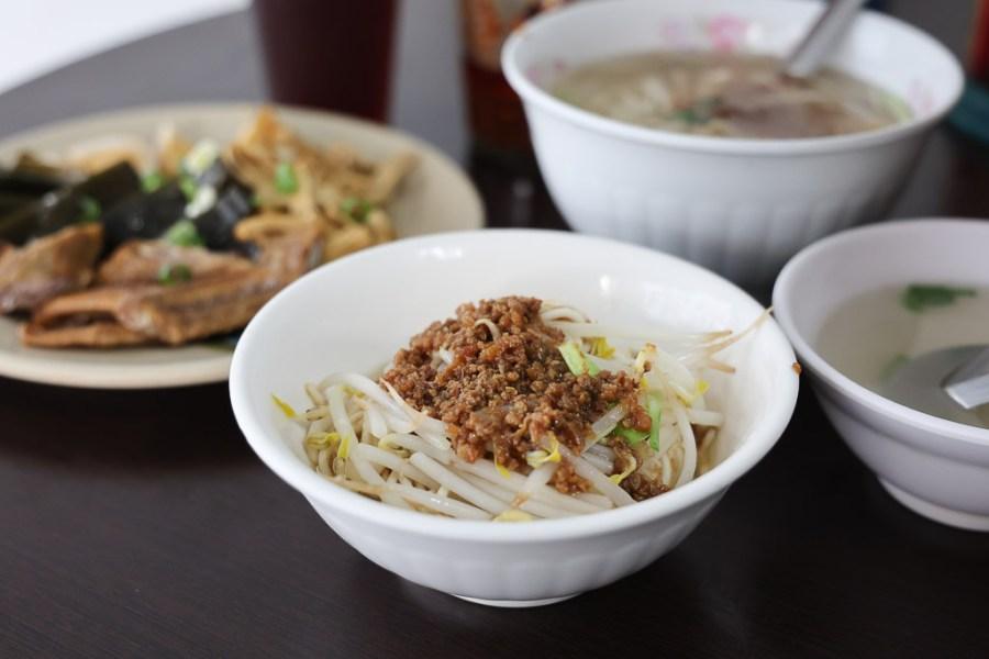 台南 在地40年的一間老麵店,口味平順點上一碗麵,來盤滷味,再來個紅茶很可以 台南市南區 春子麵店