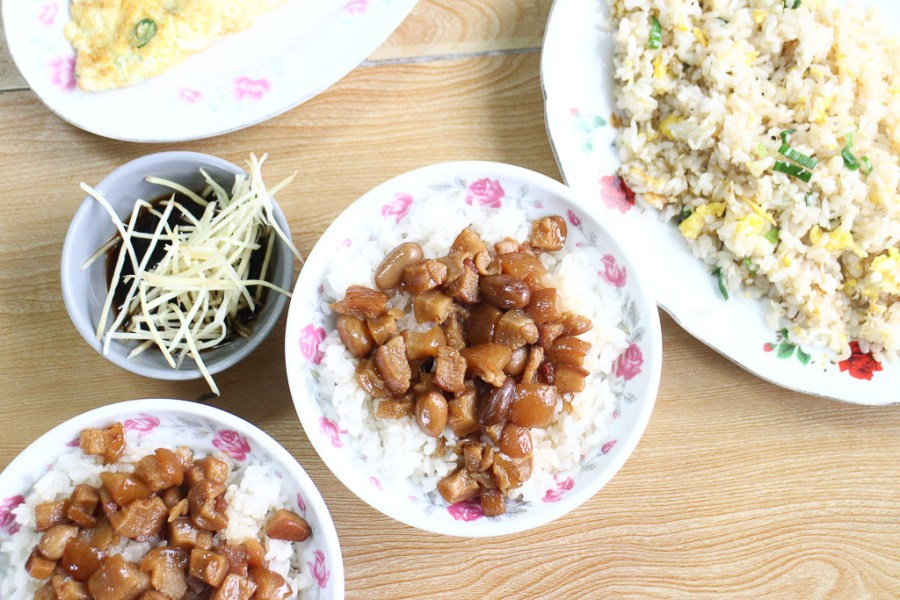 台南 永康在地將近30年小店深藏美味料理,魯透心的土豆肉燥飯,還有誘人鑊氣蛋炒飯都讓人心醉 台南市永康區|肉燥河小吃店