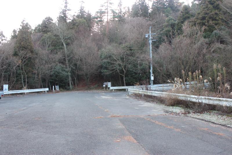 野登呂山登山道前ロータリー