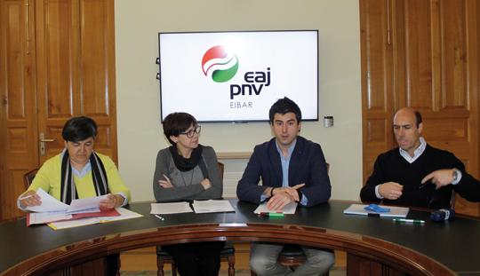 EAJ-PNVko Mertxe Garate, Elena Ibañez, Josu Mendikute eta Eduardo Zubiaurrek aurrekontuak izan daben atzerapena kritikatu eben eta udal-taldiarekin lortutako adostasuna nabarmendu.