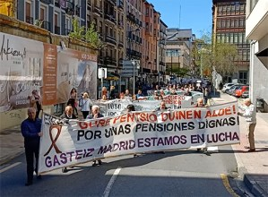 Eskualdeko pentsiodunek herria zeharkatu dute pentsio duinen aldeko manifestazio jendetsuan