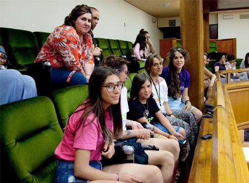 Pertsona transexualen ordezkari ugari hurbildu da Eusko Legebiltzarrera garaipena ospatzera (arg: Aitzole Aranetak Twitter bidez)